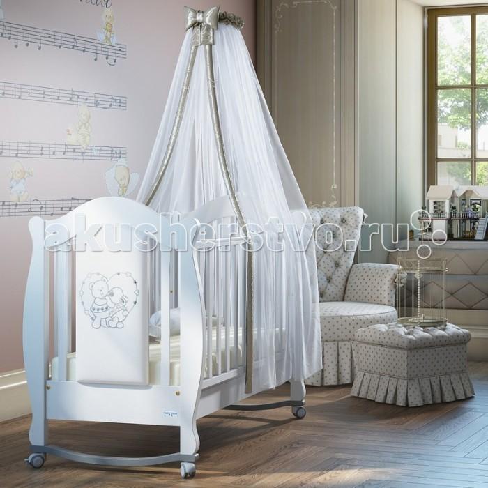 Детская кроватка Baby Italia Incanto с эко-кожейIncanto с эко-кожейДетская кроватка Baby Italia Incanto с эко-кожей имеет утончённый дизайн – плавные линии в сочетании с материалом белого цвета создают эффект роскоши.   Особенности:  На таком пушистом облачке Ваш малютка будет спать, как ангелочек. Кроватка Baby Italia Incanto изготовлена из массива бука, который характеризуется экологичностью, а, соответственно, безопасностью для здоровья малыша. Оптимальный размер кроватки (132X83,5X113,5 см) позволит крохе отдыхать с комфортом, а силиконовые накладки придадут ложу дополнительной мягкости.  Мамам понравится то, что изделие включает вместительный ящик для белья, куда можно сложить пелёнки, распашонки, игрушки, детские крема и т. п.<br>