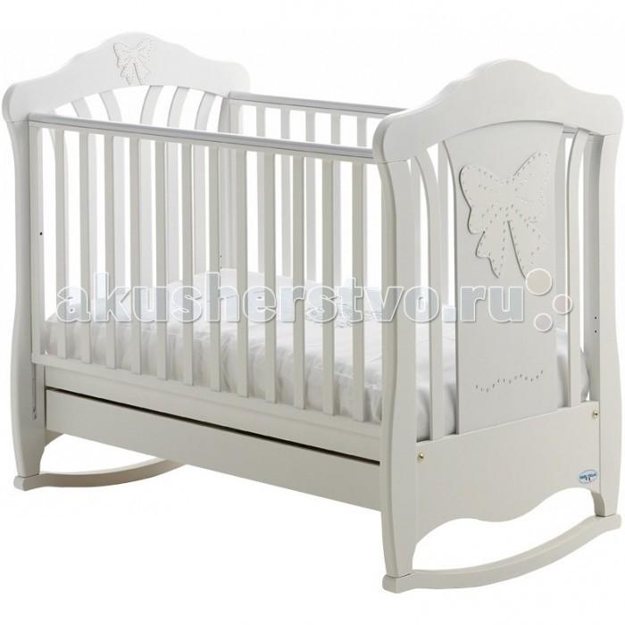 Детская кроватка Baby Italia Mimi cо стразами качалкаMimi cо стразами качалкаДетская кроватка Baby Italia Mimi cо стразами качалка   C ней отдых и сон вашего малыша будет удобным, комфортным и безопасным. Каркас кроватки выполнен из прочной и безвредной натуральной древесины бука, покрыт нетоксичными лакокрасочными материалами на водной основе и украшен стразами Сваровски.   Опускающаяся боковая стенка сделает доступ к малышу удобным, а настройка положения высоты кроватки облегчит уход за малышом.   Силиконовые вставки оберегут малыша от травм, а саму кроватку от повреждений. Основание начнет формировать здоровую осанку малыша с самого рождения.   В целом эта детская кроватка не только красива, но и оберегает здоровья малыша с самых первых дней жизни.  Особенности: боковины регулируются по высоте, одна из них снимается полностью; дно регулируется по высоте в двух положениях; выдвижной ящик для хранения принадлежностей; декорирована кристаллами Сваровски; функция качалки с возможностью установить колесики;<br>