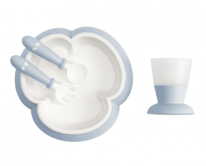 BabyBjorn Набор для кормления (тарелка, кружка, ложка, вилка)Посуда<br>BabyBjorn Набор для кормления (тарелка,кружка,ложка,вилка)  1. Форма тарелки облегчает зачерпывание пищи столовыми приборами. 2. Тарелка и кружка устойчивы на столе. 4. Ложку и вилку удобно держать благодаря укороченной ручке. 5. Подходит малышам с 4-месячного возраста. 6. Пластик не содержит бисфенола А. 7. Набор упакован в  коробку.  Набор для кормления с продуманными деталями  и в подарочной упаковке. Обеденный сет разработан для молодых гурманов.   Тарелка в удобной форме трилистника. Благодаря такой форме малышу удобнее брать из нее пищу столовыми приборами, не перемещая еду по тарелке или вываливая ее на стол. Дизайн ложки и вилки учитывает анатомическую форму ладошки. И у ложки, и у вилки короткие ручки, поэтому малышу удобно есть самостоятельно. Благодаря углублению на нижней стороне ложка и вилка опираются на край тарелки в паузах во время еды, и не соскальзывают. Первая кружка, из которой малыш пьет сам. Детскую кружку удобно держать, она устойчиво стоит на столе и ее трудно перевернуть.Во время кормления ребёнка взрослому хорошо видно через матовые стенки, сколько осталось в кружке продукта. Характеристики: Возраст: с 4 месяцев Вес тарелки: 147 гр. Размеры тарелки: 19,5 x 19,5 x 3,5 см Вес кружки: 70 г  Объем: 100 мл. Вес ложкивилки: 20 гр. Размеры ложкивилки: 3,5 x 12 x 2 см Материал:  Ложка, вилка и кромка тарелки изготовлены из полипропилена (PP).  Резиновая окантовка на дне тарелки изготовлена из термопластичного эластомера (TPE).  Внутренняя часть тарелки выполнена из акрилонитрил-бутадиен-стирола (ABS). Нагрудник и кружка изготовлены из полипропилена (PP) и термопластичного эластомера (TPE). Уход за изделиями: детскую тарелку, кружку, ложку и вилку BabyBjorn можно использовать в микроволновой печи при низкой температуре, макс. 90°C.   Рекомендуем использовать тарелку в микроволновой печи только для подогрева пищи, не для ее приготовления.  Тарелку, кружку и детские столовые прибо