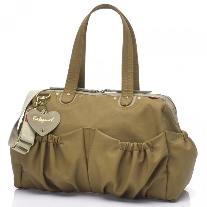 Babymel Сумка для мамы WendyСумка для мамы WendyBabymel Wendy - стильная и удобная сумка для мам. Сумку можно использовать как для прогулок с малышом, так и для деловых встреч и поездок.    изготовлена из мягкой искусственной кожи PU-Look (ПВХ)  четыре внешних стрейч-карманов регулируемый съемный ремень - можно носить как на плече, так и на коляске четыре внутренних отделения большой внутренний карман на молнии для хранения ценных вещей мягкий матрасик для пеленания брелок в виде сердечка с логотипом Babymel держатель для бутылочки рекомендация по уходу: Протирать влажной мягкой тряпкой  Размер: 31х48х15 см<br>