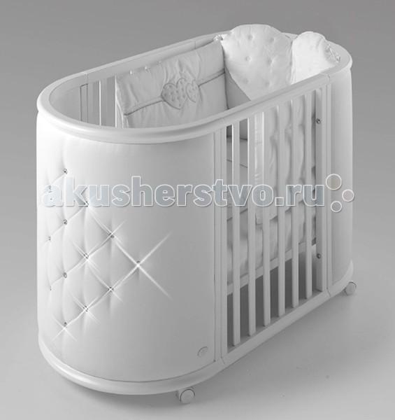 Кроватка-трансформер Bambolina Perla кроватка с матрасамиPerla кроватка с матрасамиBambolina Perla: волшебное превращение. Чудесная, по-настоящему детская и очень стильная – это колыбель Perla от Bambolina. Мягкая изнутри и снаружи, она подарит комфорт малышу и будет приятна маме. Выполненная в белоснежных тонах, она декорирована стразами Swarovski – стразы загадочно поблёскивают в полумраке и ярко переливаются всеми цветами радуги, когда солнышко заглядывает в окно детской. Эта необычная колыбель-трансформер станет прекрасным выбором для современных родителей.  В первые месяцы жизни ребёнка колыбель идеально подходит ему по размерам: она маленькая, уютная, не пугает малыша большим открытым пространством. А через 2-3 месяца, когда ребёнок немного подрастёт, колыбель трансформируется в кроватку – мягкие кожаные бортики дополняются ламелями из натурального бука. Bambolina Perla: изысканный комфорт.   Характеристики: колыбель для новорождённого 2 в 1 колыбель трансформируется в кроватку самоцентрирующиеся колёсики материал: бук нетоксичные лаки и краски мягкая обивка декорирована стразами Swarovski  В комплекте: панели для кровати матрасик для колыбели матрасик для кроватки  Размеры: колыбель (ДхВхШ): 90х89х78 см кровать (ДхВхШ): 164х89х78 см  Высокое мастерство обработки дерева, передающееся в Италии из поколения в поколение, достигло своей вершины. Компания Bambolina, чьи фабрики расположены на северо-востоке Италии, в коммуне Кьоприс-Висконе, аккумулировала вековые традиции изготовления мебели, положив их в основу своей работы, и удачно дополнила современными методами производства. Монотонные операции выполняют современные станки с электронным управлением, оставляя мастерам творческую работу, тщательную ручную сборку и подгонку. Каждая колыбелька доводится до совершенства в заботливых руках мебельщиков, долго полируется, а затем покрывается нетоксичной краской, украшается стразами, аппликациями и декоративными деталями. Конечно, много внимания уделяется разработке н