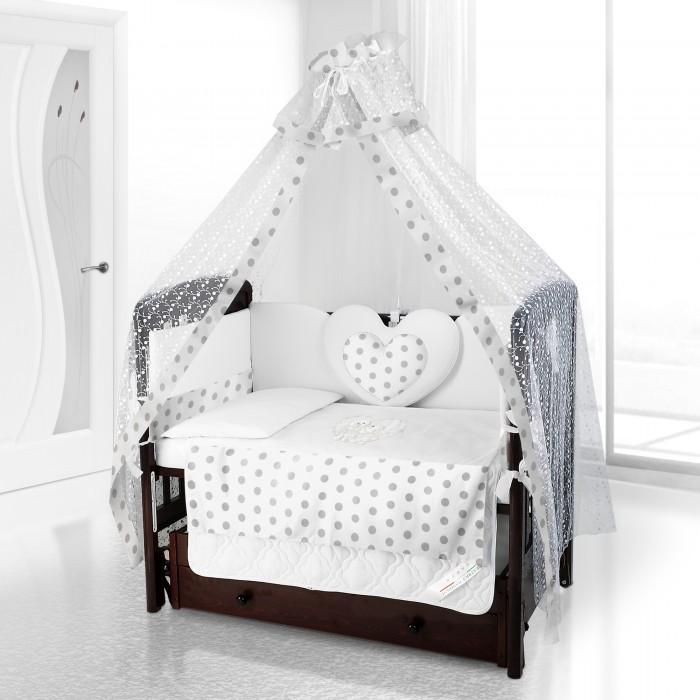 Комплект в кроватку Beatrice Bambini Cuore Grande Anello (6 предметов)Cuore Grande Anello (6 предметов)Beatrice Bambini Cuore Grande Anello - это набор постельного белья в детскую кроватку стандартных габаритов. Его мягкая структура тканей и удивительно нежный дизайн придутся по вкусу вам и вашему малышу.  Данный комплект идеально подходит для кроваток с габаритными размерами 120х60 и 125х65 см.  Все материалы, которые использовал итальянский производитель, проходили обязательную проверку по следующим параметрам:  соответствие экологическим и санитарным нормам отсутствие каких-либо аллергенов высокое качество и максимальная натуральность  Стоит отметить оригинальное декорирование данного комплекта постельного белья в виде большого любящего сердца и украшения тканей горохом.   В состав комплекта вошли такие постельные принадлежности как: подушечка правильной ортопедической формы одеяло с инновационным наполнителем, который будет поддерживать оптимальный температурный баланс у крохи наволочка и пододеяльник простынка с резиночками для фиксации съемные бортики, которые уберегут кроху от травматизма<br>