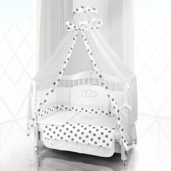 Комплект в кроватку Beatrice Bambini Unico Grande Stella 125х65 (6 предметов)Unico Grande Stella 125х65 (6 предметов)Комплект Beatrice Bambini Unico Grande Stella (125х65) выполнен в очень милом дизайне с использование декора в виде двух любящих сердец, окружающих маленькую звездочку. Данный сюжет напоминает домашнюю идиллию, когда два сердца мамы и папы окружают заботой маленького ребенка. С такой же заботой будет этот комплект окружать сон малыша своей мягкостью и тактильной нежностью.   Данный комплект идеально подходит для кроваток с габаритными размерами 125х65 см.  Все материалы, которые использовал итальянский производитель, проходили обязательную проверку по следующим параметрам:  соответствие экологическим и санитарным нормам отсутствие каких-либо аллергенов высокое качество и максимальная натуральность  В состав комплекта вошли такие постельные принадлежности как: подушечка правильной ортопедической формы одеяло с инновационным наполнителем, который будет поддерживать оптимальный температурный баланс у крохи наволочка и пододеяльник простынка с резиночками для фиксации съемные бортики, которые уберегут кроху от травматизма<br>