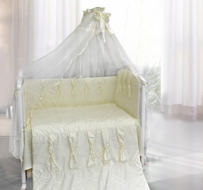 Комплект в кроватку Bombus Нежность (7 предметов)Нежность (7 предметов)Этот очаровательный комплект в кроватку «Нежность» изготовлен из хлопчатобумажной ткани и отделан шелковыми лентами, которые придают элегантность и неповторимость комплекту. Такой комплект будет украшением любого интерьера детской комнаты, и кроватка малыша будет выглядеть нарядной.  Комплект выполнен из ткани , с рисунком золотых нитей-волн, что является великолепным украшением этого комплекта.  Бортики по всему периметру кроватки сделают сон малыша спокойным и безопасным. А нежный балдахин, изготовленный из мягкой вуали и украшенный бантом, создает ощущение уюта и красоты. Это элегантный и красивый аксессуар для детской кроватки.   Все самое лучшее – детям!  В комплект входят 7 предметов:  бампер съемный на молнии (360 см х 40 см) пододеяльник (110 см х 148 см) одеяло (108 см х 145 см) подушка (40 см х 60 см) наволочка (40 см х 60 см) простыня на резинке (100 см х 150 см) балдахин (175 см х 400 см)  Ткань - сатин, шитье, кружево, органза Наполнитель: Холлкон Цвета: белый, бежевый.  Производитель оставляет за собой право изменять рисунки на ткани.<br>