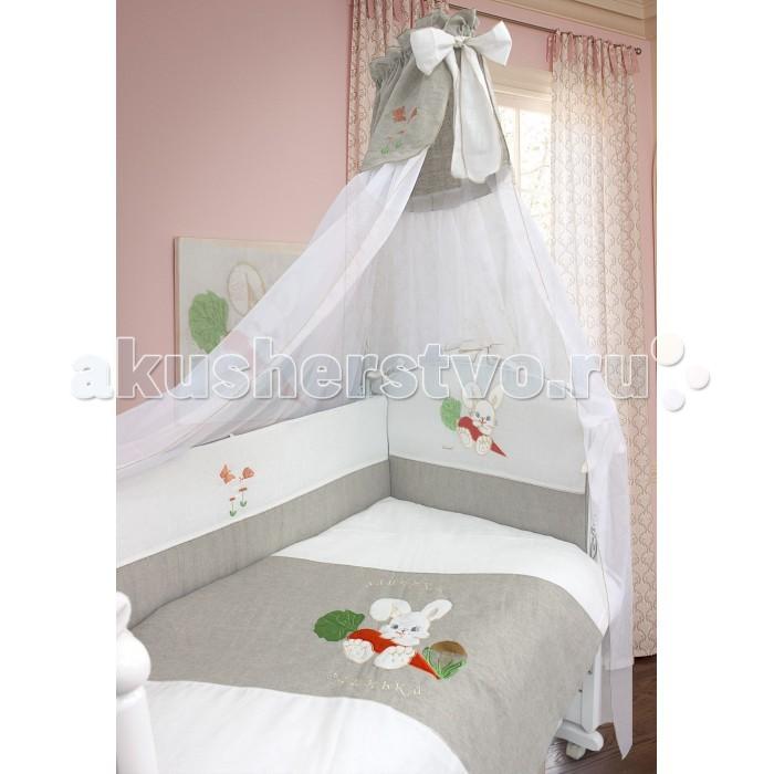 Комплект в кроватку Bombus Зайка в кроватку льняной (7 предметов)Зайка в кроватку льняной (7 предметов)Постельное белье из льняных тканей просто незаменимо в летние жаркие дни и вашему малышу будет  очень комфортно спать на кроватке с таким комплектом. Волокно льна обладает уникальными потребительскими свойства:  • лен высоко гигроскопичен, хорошо впитывает капельную влагу и одновременно быстро ее отдает, высыхает; • на льняных волокнах не образуется зарядов статического электричества; • лен гораздо прочнее, более стоек к разрушению на свету и выносит большее количество стирок; • в процессе носки он не желтеет и не стареет, а только становится белее и приятнее; • лен обладает бактерицидными свойствами.  В качестве наполнителя используется Холлкон, он хорошо пропускает влагу, гипоаллергенный, дышащий и создает комфортный микроклимат в кроватке.  Нежный балдахин, изготовленный из мягкой вуали и отделанный вставкой из ткани с вышивкой и украшенный объемным бантом, создаст уют.  Комплект украшен замечательной вышивкой в виде милого зайчонка, который очень любит морковку. Малыш будет с интересом разглядывать вышивку.  Комплект состоит из 7 предметов:  бампер съемный 3,6 х 0,4 м; пододеяльник 1,1 х 1,48 м; одеяло 1,05 х 1,42 м подушка 0,4 х 0,6 м; наволочка 0,4 х 0,6 м; простыня на резинке 1,0 х 1,5 м; балдахин 1,75 х 4,0 м  Материал: лён  Наполнитель: холлкон Производитель оставляет за собой право изменять рисунки на ткани.<br>