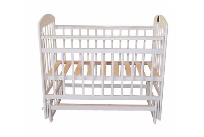 Детская кроватка Briciola 14 маятник поперечный14 маятник поперечныйДетская кроватка Briciola 14 маятник поперечный красивая и функциональная конструкция, которая позволяет подарить ребенку комфорт и безопасность и при этом достойно украсить интерьер детской комнаты.  Особенности: Мебель известного бренда соответствует нормам и стандартам ЕСЕ, сертифицирована, производится из натуральной древесины с использованием лаков и красок без токсинов. Детская кроватка Брикиола 14 выделяется своим изысканным и утонченным дизайном, лаконичностью в деталях и при этом элегантностью. Торцевые панели реечные, украшены рельефным изгибом сверху. Это придает кроватке Briciola-14 особого шика. Маятниковый механизм поперечного качания тихий и мягкий, кроха будет быстро засыпать, а родителям не придется тратить много усилий. Ложе кроватки регулируется по высоте, что удобно и для малыша, и для родителей. Передняя стенка опускается и полностью демонтируется. Материал конструкции — массив березы.<br>