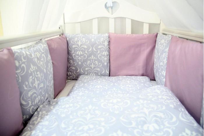 Комплект в кроватку ByTwinz Дамаск (6 предметов) с бортиками-подушкамиДамаск (6 предметов) с бортиками-подушкамиВручите нежность и заботу Вашему малышу с очень удобным, стильным, красивым комплектом в кроватку Дамаск.  В комплекте: 12 наволочек на бортики подушки размером 30х30 см (на замочке) простынь на резинке для кроватки 120х60 и 125х65 см наволочка 36х46 см подушка 35х45 см пододеяльник 105х145 см одеяло 100х140 см  Материалы: 100% хлопок (сатин, твил-сатин) наполнитель в подушках искусственный лебяжий пух гипоаллергенный, экологически чистый наполнитель в подушке детской и одеяле холофайбер<br>
