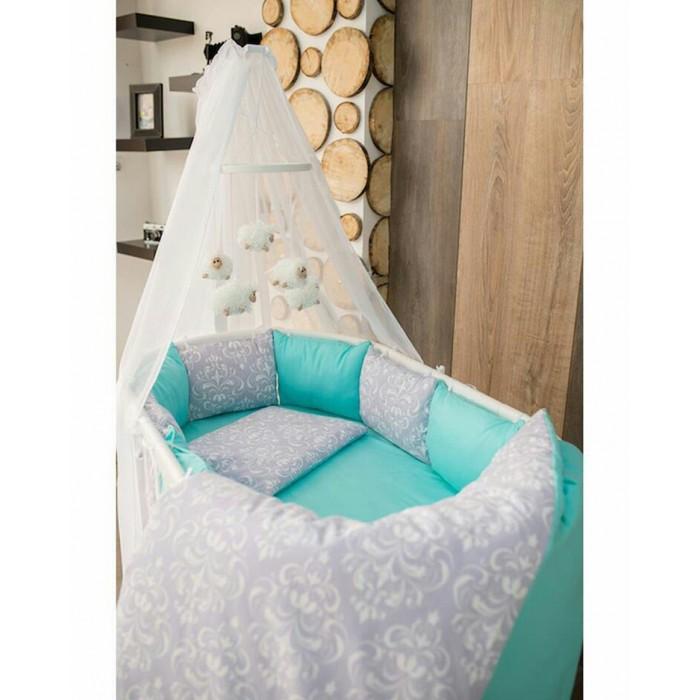 Комплект в кроватку ByTwinz Дамаск (6 предметов) для круглой кроватиДамаск (6 предметов) для круглой кроватиКомплект в кроватку ByTwinz Дамаск (6 предметов) для круглой кровати наполнит Вашу детскую комнату нежностью.  В комплект входит подушка и одеяло.  Как и ранее, с бортиков можно снять наволочки, которые удобно стирать отдельно от наполнителя.  Поплин - ткань, производимая из натурального хлопка, в основу технологии изготовления, которой положено полотняное плетение, такое же, как и при изготовлении ситца и бязи. Поплин внешне напоминает сатин, а по долговечности – бязь.  Поплиновое постельное белье имеет ряд несомненных достоинств: оно хорошо сохраняет форму и цвет, имеет приятную на ощупь поверхность, хорошо удерживает тепло и впитывает влагу, почти не мнётся.  Кроме этого, комплекты постельного белья из поплина не требуют специального ухода: их можно стирать в стиральной машине при температуре до 30&#730; С и утюжить при температуре до 110&#730; С. Ткань поплин гипоаллергенна.  В комплект входит:  Ткань: 100% хлопок  Подушка с наволочкой: 40 x 60 см (наполнитель холлофайбер пласт)  Одеяло с пододеяльником: 110 x 140 см (наполнитель холлофайбер)   Простыня на резинке: 70 x 120 см (на кроватку)  Подушки-бортики 10 шт. на завязках со съемными наволочками.<br>