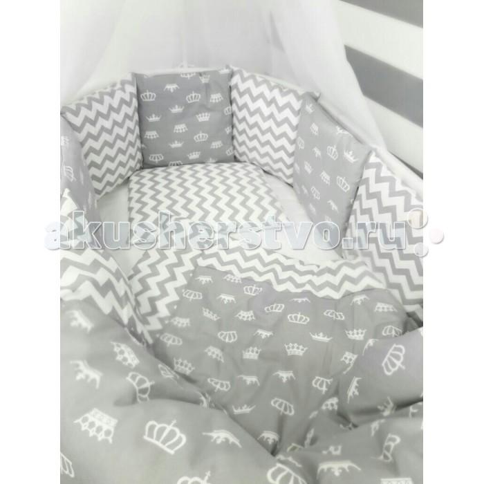 Комплект в кроватку ByTwinz Короны (7 предметов) для круглой кроватиКороны (7 предметов) для круглой кроватиКомплект в кроватку ByTwinz Короны (7 предметов) для круглой кровати наполнит Вашу детскую комнату нежностью.  В комплект входит подушка и одеяло.  Как и ранее, с бортиков можно снять наволочки, которые удобно стирать отдельно от наполнителя.  Комплект выполнен 100% хлопка - Бязь премиум. Он не требуют специального ухода: можно стирать в стиральной машине при температуре до 30&#730; С и утюжить при температуре до 110&#730; С. Ткань Бязь премиум гипоаллергенна.  В комплект входит:  Ткань: 100% хлопок  Подушка с наволочкой: 40 x 60 см (наполнитель холлофайбер пласт)  Одеяло с пододеяльником: 110 x 140 см (наполнитель холлофайбер)  Простыня на резинке: 70 x 80 см (на люльку)  Простыня на резинке: 70 x 120 см (на кроватку)  Подушки-бортики 10 шт. на завязках со съемными наволочками.<br>