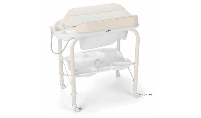 Пеленальный столик CAM Cambio с ванночкойПеленальные столики<br>Пеленальный столик Cam Cambio с ванночкой это невероятно компактное и функциональное решение для молодых родителей. Пеленальный столик с мягким матрасом и ярким оригинальным дизайном выполнен из качественных материалов. Столик имеет складную конструкцию с откидывающейся пеленальной доской, оборудован небольшой и удобной в использовании анатомической ванночкой предназначенной для малышей до 12 месяцев с полкой-держателем для ванных принадлежностей. Для удобного перемещения оборудовано колесиками, 2 из которых с тормозом.  Особенности: предназначен для детей с рождения до 12 месяцев металлический каркас с закругленными углами, надежная, устойчивая конструкция, нетоксичные материалы без использования фталата съемный мягкий пеленальный матрасик с системой безопасного крепления ванночка широкая анатомическая, может использоваться в 2-х позициях (для малышей от 0 до 6 месяцев и от 6 до 12), имеет поднос для губки, мыла и отверстие для подвода воды через трубку полка для бутылочек и необходимых принадлежностей во время купания 4 колеса, 2 с тормозами  Габариты изделия: в разложенном виде (шхгхв): 95х54х104 см в сложенном виде (шхгхв): 83х31х93 см