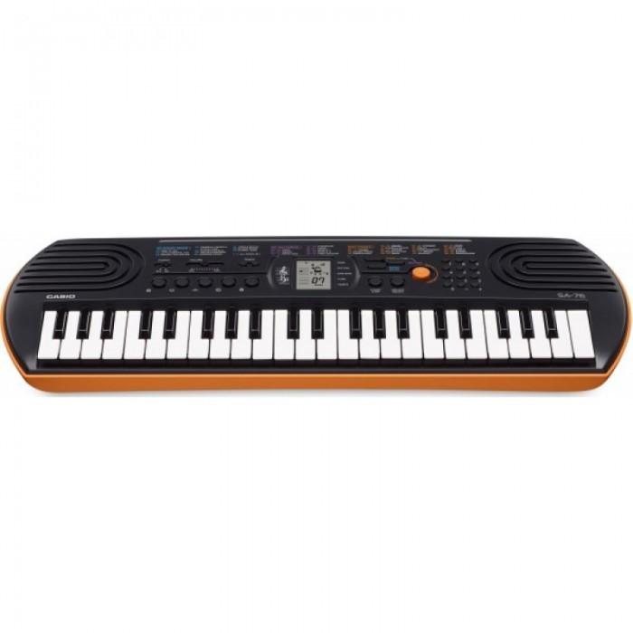 Музыкальный инструмент Casio Синтезатор без адаптера 44 клавишиМузыкальные инструменты<br>Casio Синтезатор без адаптера обязательно понравиться юному музыканту.  Особенности:  44 мини клавиши 8-нотная полифония (макс.) 100 тембров 50 композиций для обучения 5 ударных пэдов 10 стилей для обучения Функция отключения мелодии Легкое переключение звуков фортепьяно и органа LC дисплей (2хстрочный) Наушники вход и выход Динамики: 2 x 1.2 Вт Подключение питания: адаптер либо 6 батареек типа AA (не в комплекте)