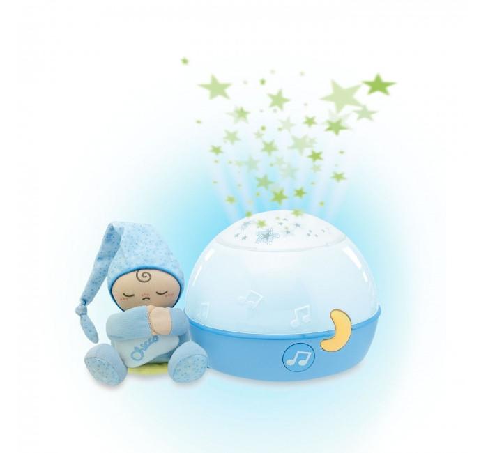 Chicco Звездный ночник-проектор Первые грёзыЗвездный ночник-проектор Первые грёзыПроектор создает магическую атмосферу для сна.  Очарование проектируемых звезд и расслабляющий музыкальный фон успокаиваю малыша и помогают ему заснуть. Мелодии Баха, Россини, Нью Ейдж и звуки природы чередуются, чтобы обеспечить значение первого восприятия музыки.  Проектор можно использовать в качестве ночника.  Маленький волшебный человек может отцепляться от проектора и стать веселым другом малыша для игры.   Высота игрушки: 11 см. Размер проектора: 17 см x 14 см x 17 см. Размер упаковки: 28 см x 21 см x 19 см. Необходимо докупить 3 батареи напряжением 1,5V типа АА (не входят в комплект) Автоотключение через 10 мин.<br>