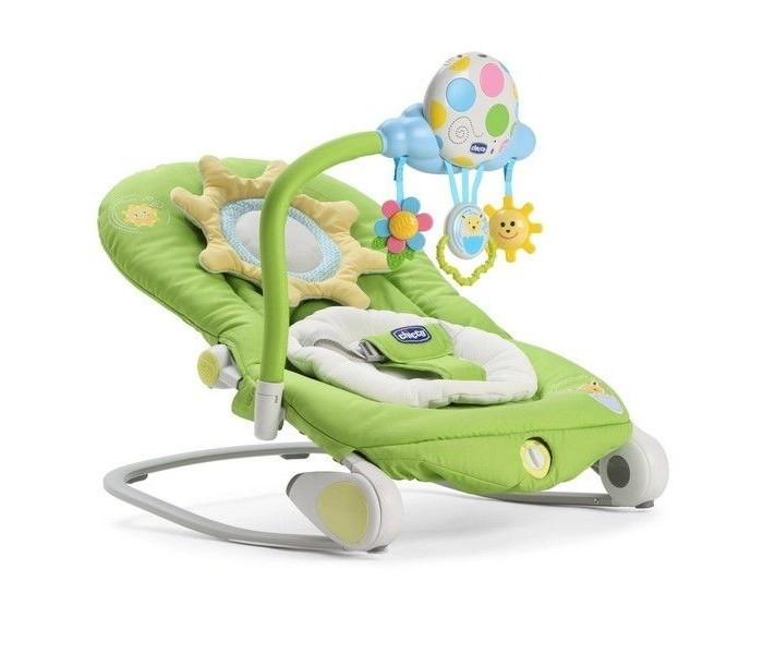 Chicco Кресло-качалка BalloonКресла-качалки, шезлонги<br>Chicco  Кресло-качалка Balloon позволяет ребенку чувствовать себя в полном комфорте при отдыхе, заставляя его чувствовать себя так безопасно, как будто он у вас на руках и развлекается веселой игрой.   Оснащен интерактивной игрушкой и мерцающими огоньками, звуки позволяют ребенку развлекаться и расслабляться. Вы можете выбрать различные звуки природы, успокаивающий колыбельные мелодии или веселую мелодию. Вы также можете записать сообщение протяженностью 30 секунд, чтобы ребенок слышал ваш голос!   В модуле есть три милые подвески для стимулирования тактильного развития и психологическая ребенка.  Кроме того, модуль может быть отсоединен и использоваться в качестве мобиля для кроватки.  Качалка имеет вкладыш для новорожденных и меняются на 3-и различные модификации, чтобы расти вместе с ребенком от 0 до 6 месяцев.  По мере роста ребенка, подушка и/или ремешки могут быть удалены.  Спинка кресло-качалки регулируется в 4-х различных положениях.  Из статичного положения (шезлонга) легко превращается в кресло-качалку, стоит только спрятать ножки.  Оснащен функцией вибрации, которая мягко расслабляет ребенка.  Легко складывается и удобен для переноски, благодаря двум специальным лямкам, самое компактное кресло-качалка.  Элементы питания 2 х AA, 1 x LR20 1.5V (нет в комплекте)  Максимально допустимый вес: 18 кг  Размер в открытом виде: (Д x Ш x В) 78 x 43 x 32/62 см Размер в сложенном виде: (Д x Ш х В) 80 x 17 х 43  Вес: 4.2 кг