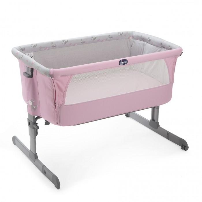 Колыбель Chicco Next2MeNext2MeДетская колыбель Chicco Next2Me подарит сладкий и безопасный сон ребенку, в то время как родители отдыхают рядом с ним. Сон вместе с мамой позволит малышу чувствовать себя более защищенным и значительно облегчит кормление в ночные часы.  Колыбель надежно крепится к кровати родителей с помощью специального безопасного крепежа (подходит для всех стандартных кроватей), также она может использоваться стационарно. У колыбели есть 6 уровней положений высоты.  Основа колыбели изготовлена из алюминия, что обеспечивает ее легкость, также благодаря 2 колесикам с тормозами ее легко перемещать. Благодаря окошкам из сетки, обеспечена хорошая циркуляция воздуха. Ткань можно легко снять и постирать.  Особенности: Для деток от рождения и до 9 кг; Легкий, прочный каркас с легкой системой сложения; Регулировка высоты: 6 позиций; Два колесика с тормозной системой; Окошки из сетки; Легкий каркас обшит мягким текстилем, который может быть снят и постиран в любой момент. Надёжная система крепления к родительской кровати; Мягкий матрас и сумка для переноса кроватки-люльки Chicco Next2Me; Размеры в собранном виде (высота*длина*ширина): 66/81х93х69 см Размеры в сложенном виде (в сумке): 91х58х13 см  Размер упаковки: 95 х 60 х 15,5 см Объем: 0,13 м.куб Вес упаковки: 9.9 кг. Длина спального места 93 см Ширина спального места 69 см Упаковка: картонная коробка.<br>