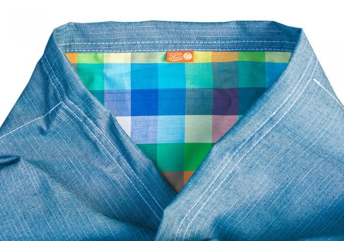 Слинг Чудо-чадо Шарф Сити-джинсШарф Сити-джинсСлинг-шарф Сити-джинс Чудо-чадо  Обратите внимание на эту замечательную модель – стильный джинсовый слинг-шарф. Он не только оригинально выглядит, но и отвечает всем требованиям безопасности: ведь джинсовая ткань имеет саржевое плетение. Именно такое плетение, по мнению слингоконсультантов, обеспечивает полную безопасность Вашего ребенка. Благодаря особому переплетению нитей, саржевая ткань создает надежную поддержку позвоночнику малыша, а Вам позволит избежать дискомфорта при пользовании слингом-шарфом.  Навряд ли найдется хоть один человек, не знакомый с достоинствами джинсовой ткани - она натуральная, дышащая и очень прочная. А ткань, которая используется для производства данной модели, к тому же очень мягкая и легкая – Вашей крохе будет удобно и комфортно в таком слинге-шарфе даже летом. Наконец, отсутствие какой-либо химической обработки ткани (варки, окраски) делает этот слинг-шарф безопасным даже для кожи новорожденных.  Одним из главных достоинств данной модели является ее оригинальный дизайн. Посередине шарфа есть цветная вставка, которая не только облегчит процесс одевания слинга-шарфа – ведь найти центр изделия теперь проще простого, но и позволит Вам выглядеть очень необычно и стильно. При намотке слинга-шарфа цветная вставка создает иллюзию стильного рюкзачка, в котором прячется Ваше маленькое сокровище.  Еще более привлекательным этот слинг-шарф делает темно-синяя ткань с серебристо-серой отделкой по краю шарфа. Такой аксессуар прекрасно подойдет к любой одежде. А самое главное, джинсовые слинги великолепно смотрятся на папах.  Все материалы, использованные при изготовлении данного слинга-шарфа, сертифицированы для производства детских изделий. Материал: хлопок 100% (джинсовая ткань с саржевым плетением). ВНИМАНИЕ! До первой стирки изделие  красится. После стирки лишняя краска смоется, остальная закрепиться. Стирать отдельно от других вещей.    Основные особенности: джинсовая ткань с саржевым плетением нату