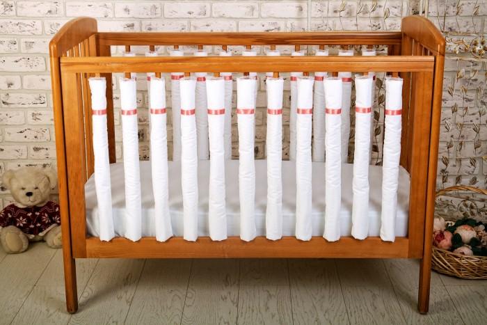 Бортик в кроватку Cloud Factory 12 фенс-бамперов Simple Love12 фенс-бамперов Simple LoveБортик для кроватки Cloud Factory 12 фенс-бамперов Simple Love комплект с розовой лентой - для девочек.  Современное решение оформления бортиков кроватки. Идеально подойдет для передней стенки.    Преимущества фенс-бамперов: защищают голову и тело малыша по всему периметру кроватки, не задерживают воздух естественная вентиляция ребенок не может выпасть из кровати, использовав борт как ступеньку нет опасных завязок, в которых можно запутаться нет риска удушения малыш может наблюдать за происходящим в комнате постоянный визуальный контроль за ребенком модификация поверхности — бамперы легко объединить между собой.<br>