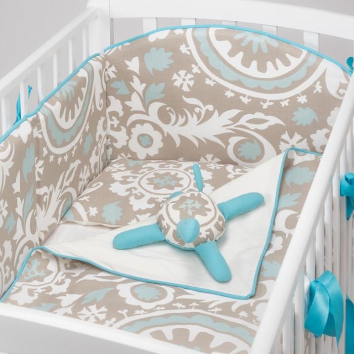 Комплект в кроватку Colibri&amp;Lilly Dream Melody (4 предмета)Dream Melody (4 предмета)Комплекты в кроватку Colibri&Lilly Dream Melody (4 предмета) весь текстиль быстро и удобно снимается, постельные принадлежности выдерживают большое количество стирок, что так важно для современных мам и их малышей.  Хлопок абсолютно гипоаллергенен и безопасен для малыша и позволяет нежной коже дышать, прекрасно впитывая влагу.  Состав комплекта: Защитный бортик (принт коллекции) - 360 x 30 см, состоит из 4х частей Наволочка (принт коллекции) 62 x 32 см Пододеяльник (принт коллекции) 132 x 102 см Простыня на резинке (однотонная) для кроватки 120 x 60 см<br>