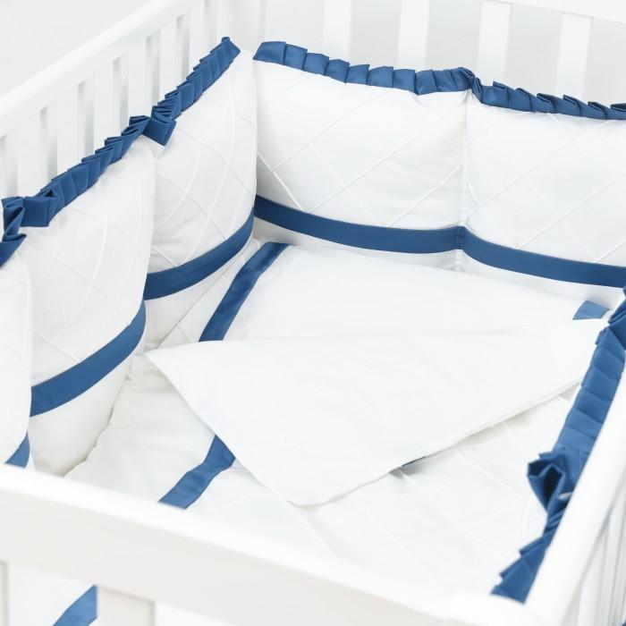 Комплект в кроватку Colibri&amp;Lilly Sapphire (4 предмета)Sapphire (4 предмета)Комплекты в кроватку Colibri&Lilly Sapphire (4 предмета) весь текстиль быстро и удобно снимается, постельные принадлежности выдерживают большое количество стирок, что так важно для современных мам и их малышей.  Хлопок абсолютно гипоаллергенен и безопасен для малыша и позволяет нежной коже дышать, прекрасно впитывая влагу.  Состав комплекта: Защитные бортики-подушки на весь периметр кроватки – бортик состоит из 4-х частей: 2 части по 4 подушки и 2 части по 2 подушки. Размер каждой подушки - 28 x 28 см Наволочка (принт коллекции) 62 x 32 см Пододеяльник (принт коллекции) 132 x 102 см Простыня на резинке (однотонная) для кроватки 120 x 60 см<br>