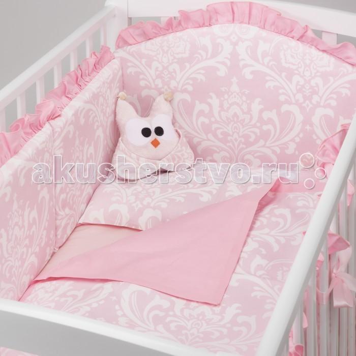 Комплект в кроватку Colibri&Lilly Sweet Lullaby (4 предмета)Комплекты в кроватку<br>Комплекты в кроватку ColibriLilly Sweet Lullaby (4 предмета) весь текстиль быстро и удобно снимается, постельные принадлежности выдерживают большое количество стирок, что так важно для современных мам и их малышей.  Хлопок абсолютно гипоаллергенен и безопасен для малыша и позволяет нежной коже дышать, прекрасно впитывая влагу.  Состав комплекта: Защитный бортик (принт коллекции) - 360 x 30 см, состоит из 4х частей Наволочка (принт коллекции) 62 x 32 см Пододеяльник (принт коллекции) 132 x 102 см Простыня на резинке (однотонная) для кроватки 120 x 60 см