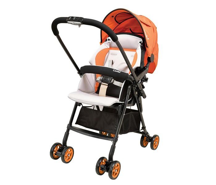 Прогулочная коляска Combi Well ComfortWell ComfortПрогулочная коляска Combi Well Comfort - одна самых легких и компактных в мире. Вес коляски всего 4.6 кг. Идеальное приобретение как для прогулок, так и для походов по делам и поездок.  Особенности: Ультра легкая коляска, вес всего 4,6 кг с аксессуарами. Легко складывается и раскладывается одной рукой. Удобное окошко для циркуляции воздуха. Смотровое окошко. Спинка откидывается до 170 градусов. Перекидная ручка для удобства и комфорта мамы и малыша. Широкое сиденье. Большая корзина для хранения аксессуаров. Полностью закрывающийся капюшон с вентиляционным окошком и 95% защитой от ультрафиолета. 5-ти точечные ремни безопасности. Съемный бампер. Передние колеса поворачиваются на 360 градусов. При желании их можно зафиксировать по ходу движения. На задних колесах есть стояночный тормоз.<br>