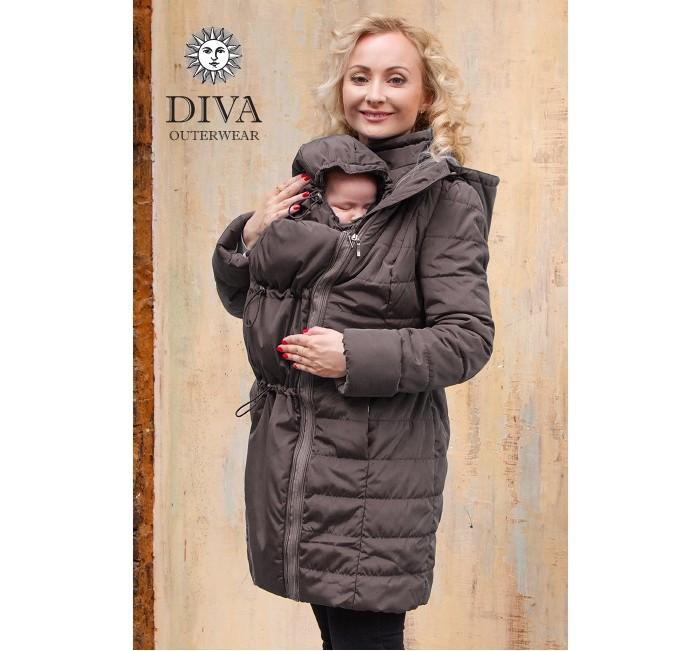 Diva Outerwear Слингокуртка зимняя 4 в 1Слингокуртка зимняя 4 в 1Diva Outerwear Слингокуртка зимняя 4 в 1 – обычная зимняя куртка + слингокуртка с возможностью слингоношения спереди и за спиной + куртка для беременных.  Зимняя куртка с возможностью заплечного слингоношения итальянской марки Diva Outerwear отличается оригинальным европейским  дизайном и хорошо продуманными деталями конструкции, обеспечивающими комфортное слингоношение.   Удлиненный силуэт куртки защитит не только от холода, но и ветра, а практичная моющаяся поверхность позволит без труда избавиться от загрязнений. Куртка легкая, но благодаря качественному утеплителю Shelter* ее можно носить до -25 градусов.  В комплекте: Съемная слинговставка для ношения вместе с ребенком. Специальные кулиски регулируют размер слинговставки и позволяют ей максимально повторить контуры тела ребенка и обеспечить более тщательное прилегание. Съемная манишка для мамы, для защиты шеи мамы при ношении куртки с ребенком. Кулиска по верху ворота обеспечивает хорошую регулировку манишки для защиты от сильного ветра. Съемный детский капюшон, защищает шею, плечи и голову ребенка от холода, мороза и ветра. Возможно носить куртку как с ним, так и без него. Съемная вставка для беременных позволяет носить куртку с комфортом вплоть до родов.  Особенности: Температурный режим: от +0 до -25 Встречные молнии по всей длине вставки для доступа к ребенку: в любой момент можно, не расстегивая куртку, поправить намотку либо покормить ребенка. Эластичный пояс с пряжкой отлично моделирует фигуру при использовании слинговставки как для ношения ребенка спереди, так и за спиной, благодаря возможности его застегивания как спереди, так и сзади. Ремешок для фиксации капюшона мамы в свернутом состоянии для безопасности при ношении ребенка за спиной. Длина рукавов регулируется при помощи отворотов. Кулиска на капюшоне мамы позволяет присобрать его при ношении куртки с ребенком, чтобы края ворота не торчали.  Наполнитель: Shelter*. Дизайн: Италия, про