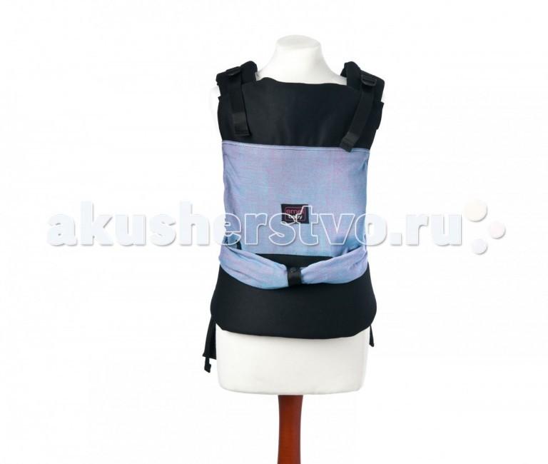 Рюкзак-кенгуру Emeibaby слинг Carrierслинг CarrierEmeibaby Carrier является комбинацией слинга и эргономичного рюкзака. Он объединяет в себе преимущества слинга с простотой использования рюкзака.  Emeibaby придуман мамой, которая оценив преимущества слинга, не хотела отказываться от него со своей маленькой дочкой, но, в то же время, хотела упростить процесс использования.  Она много экспериментировала. И, наконец, придумала альтернативу - Emeibaby Carrier – слинг для малыша и рюкзак для родителя. И никаких намоток и узлов!  Создательница Emeibaby, Daniela Larch, получила премию молодых предпринимателей за свое изобретение. Сегодня Emeibaby завоевывает сердца родителей по всему миру!  Рюкзак идеально подходит для родителя и пропорционально распределяет нагрузку за счет широких набивных лямок и поясного ремня. Поясной ремень широкий и удобный, даже для мамы сразу после родов. Носить малыша комфортно не только на бедрах, но и на талии и выше.  Слинг идеально подходит малышу вне зависимости от его роста и размера! Ткань слинга оптимально регулируется таким образом, что края всегда находятся под коленками малыша!  1. Равномерное натяжение по спинке 2. Правильное разведение ножек 3. Поддержка головы – все это обеспечивает слинговая часть emeibaby. Слинг двойного шарфового плетения Girasol (Германия) надежно фиксирует регулировку при помощи колец.   Детали Emeibaby подходит для малышей от рождения до 15 кг. Важно отметить, что даже крох, весом 2.5 кг. можно носить в Emeibaby Длина поясного ремня регулируется от примерно от 60 см (XXS) до 150 см (XXL) Материал: 100% органический хлопок (Oeko-Tex-Standard 100) Шарфовая ткань: Girasol (Германия), 100% органический хлопок (Oeko-Tex-Standard 100)   Преимущества Малышу в Emeibaby так же удобно как в слинге. Маме удобно одевать Emeibaby так же как любой рюкзак. Emeibaby растет с малышом очень плавно и точно – сантиметр за сантиметром. Удобно носить малыша спереди и сзади. Удобно для родителя любого размера от XXS до XXL. Использо