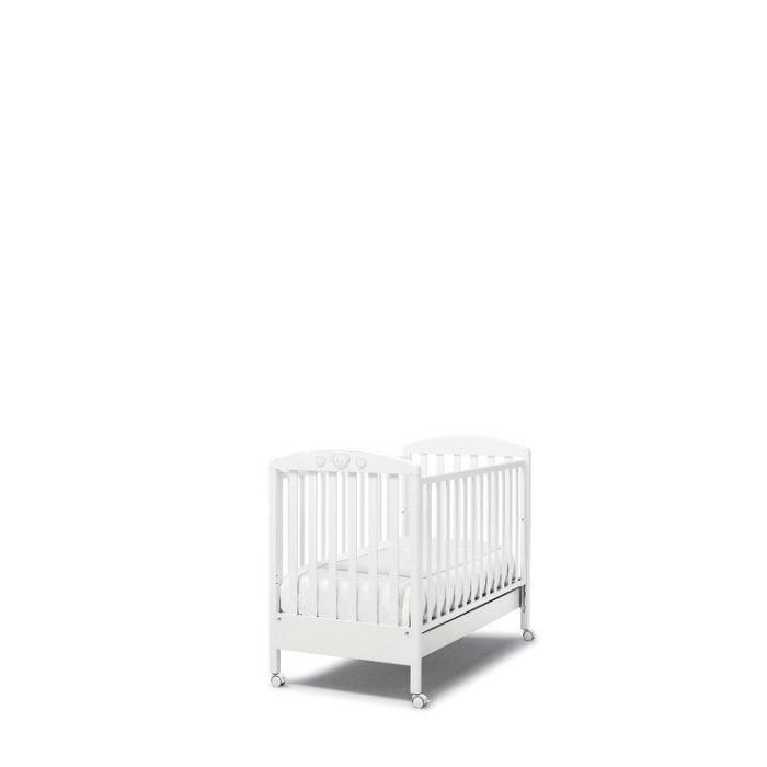 Детская кроватка Erbesi AbbraccioAbbraccioДетская кроватка Erbesi Abbraccio - это классический романтичный вариант, который хорошо впишется в спокойный интерьер пастельных тонов. Это маленькое уютное гнездышко для настоящих принцев и принцесс. Abbraccio - переводится как объятие, в которое ласково заключит малыша эта кровать.   Для удобства перемещения по комнате предусмотрены четыре поворотных колеса с блокирующим тормозом. Двухуровневое ложе поможет использовать кровать долгое время, подстраивая ее под нужды ребенка, в дальнейшем ограничительный бортик можно снять и получится милый небольшой диванчик. В этом роскошном гнездышке малыш будет видеть самые нежные сны.  Особенности: материал: бук, покрытый гипоаллергенной нетоксичной краской, безопасной для детей.  украшение стразы Cristallized - Swarovsri Elements дно кровати двухуровневое сетка из деревянных планок или многослойной перфорированной фанеры (10 отверстий) автостенка   бортик съемный, регулируемый ящик для белья выдвижной с металлическими направляющими и блокировкой 4 колеса с фиксаторами<br>