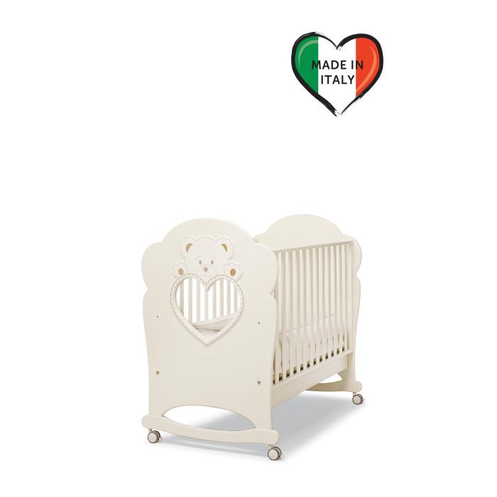 Детская кроватка Erbesi CuccioloCuccioloДетская кроватка Erbesi Cucciolo – это удивительное сочетание изящества и комфорта, которое удивительным образом подойдет именно для вашего малыша. Красивая детская кровать с функцией качалки от Erbesi изготовлена из бука высокого качества, изящно украшена аппликацией и декорирована стразами Swarovski. Все составные части и компоненты кроватки, во избежание порезов, царапин и ссадин, не имеют острых углов. Оригинальность кроватке придает смотровое окошко в форме сердечка.  Особенности: материал: боковые решетки, основание: бук высокого качества, покрыта краской и лаком на водной основе, изящно украшена аппликацией и декорирована стразами Swarovski функция качалки дно кровати реечное бортики опускаются вниз, один полностью снимается, поэтому кровать можно использовать для детей старшего возраста смотровое окошко в форме сердечка ящик для белья выдвижной с металлическими направляющими и блокировкой от выпадения колеса с блокирующими тормозами<br>