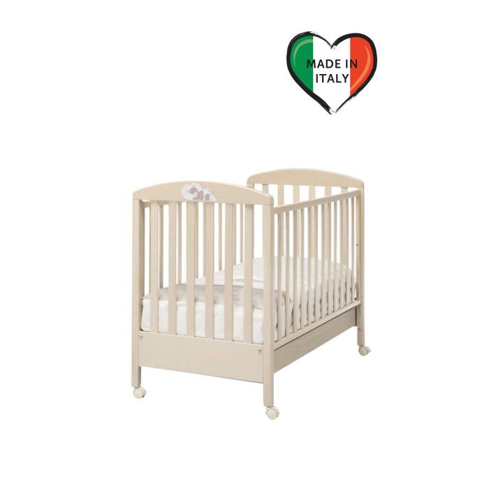 Детска кроватка Erbesi DormiglioneDormiglioneДетска кроватка Erbesi Dormiglione украшена красивым декором мишка спит на подушке.  Современный и оригинальный дизайн детской кроватки Dormiglione сделает детску прекрасным местом дл отдыха и игры ребёнка.  Когда ребенок подрастёт, одну из боковин можно снть, и кроватка превращаетс в диванчик.  Особенности: Оснащена выдвижным нижним щиком дл бель или спальных принадлежностей Съемные колеса со стопором Боковые спинки регулирутс на 20-25 см. Красивый декор со спщим мишкой Два уровн высоты ложа  Материалы: Изготовлена из выдержанной древесины бука Краски и лаки из кологических материалов Ящик кроватки из ДСП с ламинированным покрытием<br>