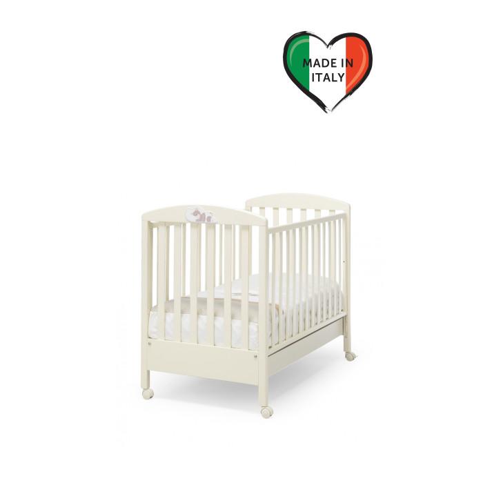 Детская кроватка Erbesi DormiglioneDormiglioneДетская кроватка Erbesi Dormiglione украшена красивым декором мишка спит на подушке.  Современный и оригинальный дизайн детской кроватки Dormiglione сделает детскую прекрасным местом для отдыха и игры ребёнка.  Когда ребенок подрастёт, одну из боковин можно снять, и кроватка превращается в диванчик.  Особенности: Оснащена выдвижным нижним ящиком для белья или спальных принадлежностей Съемные колеса со стопором Боковые спинки регулируются на 20-25 см. Красивый декор со спящим мишкой Два уровня высоты ложа  Материалы: Изготовлена из выдержанной древесины бука Краски и лаки из экологических материалов Ящик кроватки из ДСП с ламинированным покрытием<br>