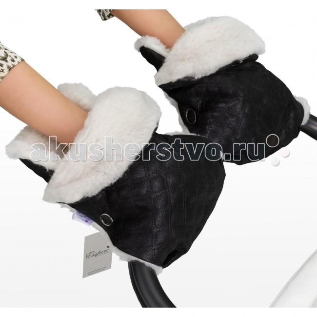 Esspero Муфта-рукавички для коляски KarolinaМуфта-рукавички для коляски KarolinaВо время постоянных хлопот о безопасности и здоровье малыша, не стоит пренебрегать и состоянием собственного организма. Во время прогулок, при низких температурах и сырости, Ваши руки будут постоянно подвержены негативному влиянию, а это, в свою очередь, ослабляет Ваше общее состояние. Муфта-рукавички для рук Esspero Karolina это аксессуар для сохранения здоровья Ваших рук.   Натуральные материалы, из которых изготовлено изделие, соответствуют самым высоким требованиям качества. В качестве утеплителя выбран природный натуральный материал – овечья шерсть, которая обработана медицинским путем и не вызывает аллергии. Верхний слой выполнен из простеганной эко–кожи, которая не только обладает прекрасными характеристиками не пропускать влагу, не твердеть, но стильно и оригинально выглядит.   Яркой особенностью модели Karolina является разделение на две рукавички, что позволяет применять ее абсолютно к разным типам колясок. Удобное крепление с помощью кнопок. Цвета универсальны, что позволяет подобрать необходимый именно для Вас.  Особенности муфты-рукавичек: Материал верха: стеганая эко-кожа Внутренний материал: натуральная овчина Крепление на коляске: при помощи кнопок<br>