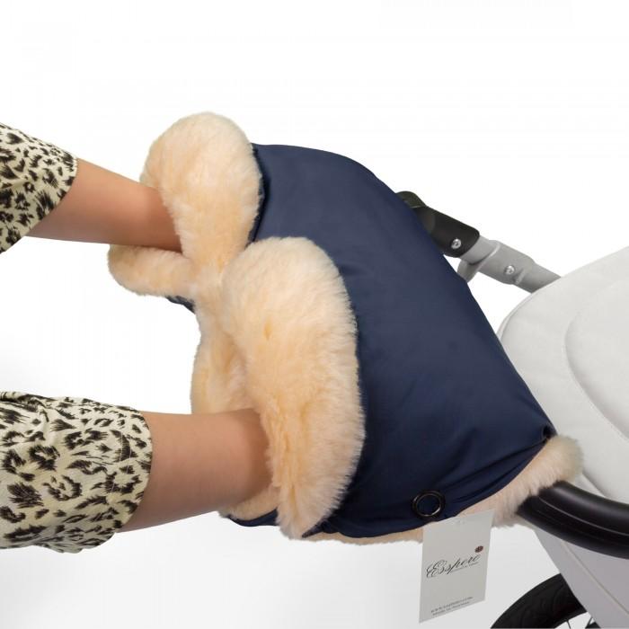 Esspero Муфта для рук на коляску Diaz LuxМуфта для рук на коляску Diaz LuxМуфта для рук Esspero Diaz Lux - идеальное сочетание качества по разумной цене!  Внутри - 100% овечья шерсть нежного кремового цвета, снаружи влагонепроницаемая ткань.   Муфта украшена функциональными манжетами - их можно отогнуть для более надежной защиты Ваших рук от непогоды. Теперь прогулка с малышом будет доставлять еще больше удовольствия - когда руки в тепле и комфорте.   Гипоалергенна. Можно стирать в машине в режиме деликатной стирки.  Шерсть вбитая в ткань<br>
