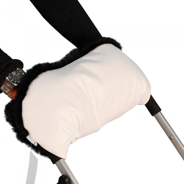 Esspero Муфта для рук на коляску LIT LeatheretteМуфта для рук на коляску LIT LeatheretteУниверсальная утепленная муфта Esspero LIT Leatherette (кожа) для рук для детской коляски любого типа обеспечит теплом ваши руки в суровый морозный период.   Усовершенствованная модель имеет специальные резинки для более комфортного прилегания к рукам, а две дополнительные кнопки меняют конфигурацию по вашему предпочтению.  Впервые муфту такого класса можно использовать не только в морозное время года, но и в дождливый период, так как мех прячется за непромокаемой тканью.   Независимо от типа детской коляски классика - трость - книжка муфта подойдет по креплениям и будет радовать Вас снова и снова даже после смены коляски.<br>
