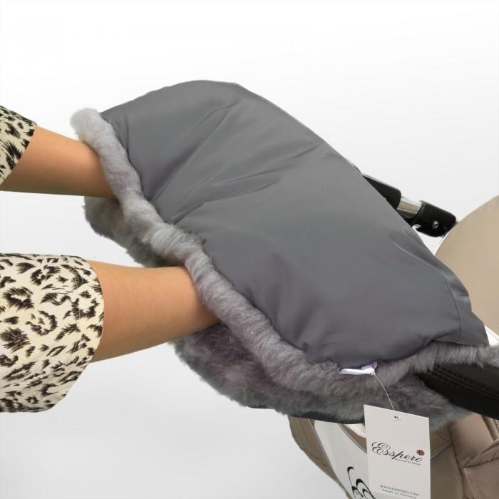Esspero Муфта для рук на коляску SolanaМуфта для рук на коляску SolanaУниверсальная утепленная муфта для рук для детской коляски любого типа призвана обеспечить теплом ваши руки в холодный период.   Усовершенствованная модель имеет специальные резинки для более комфортного пролегания к рукам, а две дополнительные кнопки меняют конфигурацию по Вашему предпочтению.   Впервые муфту такого класса можно использовать не только в морозное время года, но и в дождливый период, так как мех прячется за непромокаемой тканью.   Не зависимо от типа детской коляски, классика - трость - книжка, муфта подойдет по креплениям и будет радовать Вас снова и снова, даже после смены коляски.<br>