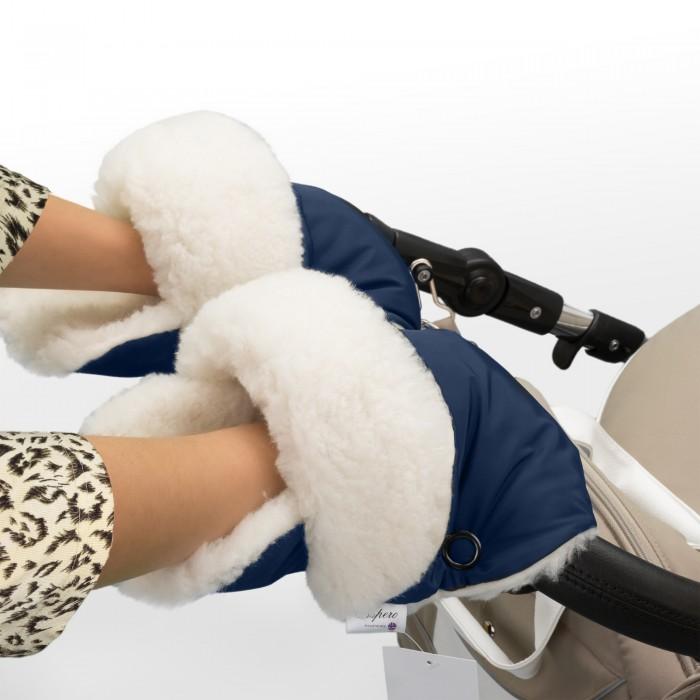 Esspero Рукавички-муфта для коляски ChristerРукавички-муфта для коляски ChristerМуфта для рук Esspero Christer - то что нужно для длительных прогулок с малышом в холодное время года.  Как обезопасить свои руки в холодное время года? Разумеется, выбрать муфту для прогулок с коляской!   Муфта-рукавички удобна, комфортна и гипоаллергенна. Верхний слой изготовлен из непромокаемой ткани, а значит при прогулках Вашим рукам будет тепло и уютно не смотря на погодные капризы. Внутри натуральная овечья шерсть белого цвета. Муфту можно стирать в машине в деликатном режиме.  Ее верхнее покрытие выполнено из очень плотной не продуваемой ткани с водонепроницаемой пропиткой. В качестве основного утеплителя был использован отличный теплый мех белого цвета - 100% шерсть вбитая в ткань.  Модель имеет специальные резинки для более плотного прилегания к рукам, а две дополнительные кнопки меняют конфигурацию муфты.     Норвежская компания Esspero, занимающаяся разработкой и созданием товаров для малышей – современный, яркий и конкурентоспособный производитель на рынке детской продукции. Продукция Esspero отличается не только своим высоким европейским качеством, но также оригинальным дизайном и актуальностью.<br>