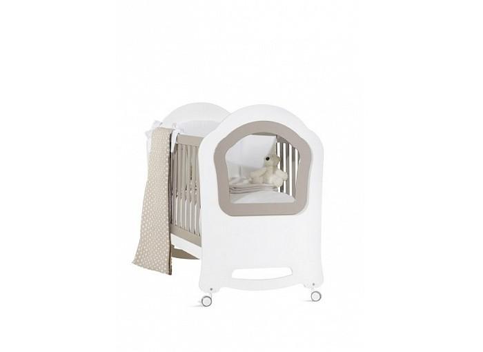 Детская кроватка Feretti PrincierДетские кроватки<br>Кровать Feretti Princier украсит детскую вашего малыша.   Прозрачная боковая стенка кроватки.  Особенности: два уровня установки ложа и опускающаяся передняя планка позволит выбрать удобное положение для мамы и ребенка, в зависимости от его возраста передний бортик можно снять, трансформировав кроватку в изящный диванчик под ложем находится вместительный ящик на бесшумных направляющих ложе реечное, поэтому способствует правильной осанке ребенка и притоку воздуха к матрасу снизу у колес предусмотрен тормоз, чтобы легко передвигать и фиксировать кроватку на одном месте размер спального места 125 х 65 см материал: бук, шпонированный бук, мдф размер кровати: 95 x 130 x 74 см