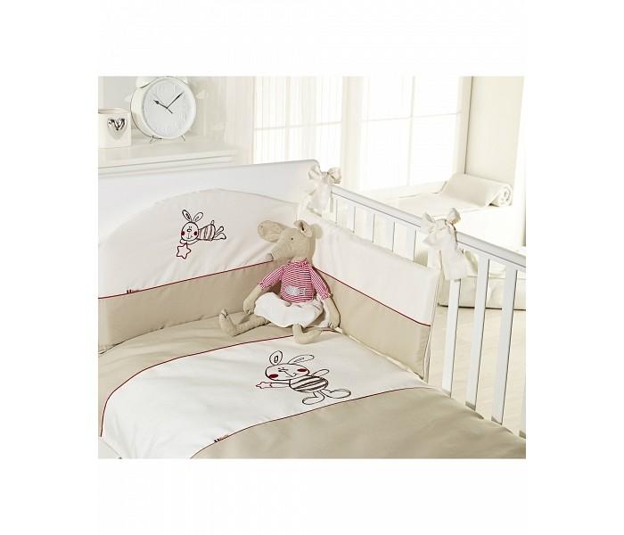 Комплект в кроватку Feretti Sestetto high Coniglietto (6 предметов)Sestetto high Coniglietto (6 предметов)Комплект в кроватку Feretti Sestetto high Coniglietto (6 предметов) привлекательный внешне и практичный набор постельных принадлежностей для самых маленьких.   Включает широкий бортик для кроватки, подушку, одеяло, пододеяльник, простыню на резинке и наволочку. Наполнителем для бортика, подушки и одеяла стало специальное гипоаллергенное натуральное волокно Ingeo, получаемое из ферментированной и полимеризированной кукурузы. Этот наполнитель имеет отличные показатели теплоизоляции, поддерживая постоянную температуру во время сна.   Текстильные же элементы комплекта изготовлены из Purista - натуральной ткани с бактериостатическими свойствами (препятствует развитию бактерий между волокнами). Помимо этого, здесь был применен целый ряд инновационных технологий, упрощающих уход за бельем. Декорирован комплект изящной вышивкой, аппликацией.   В комплекте: бампер наволочка одеяло пододеяльник подушка простынь на резинке Размер наволочки (ДхШ): 40 х 60 см Размер пододеяльника (ДхШ): 135 х 100 см Размер бортиков (ДхВ): 180 х 40 см<br>