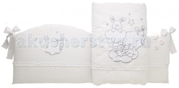 Комплект в кроватку Feretti Sestetto high Etoile Brilliante (6 предметов)Sestetto high Etoile Brilliante (6 предметов)Комплект в кроватку Feretti Sestetto high Etoile Brilliante (6 предметов) привлекательный внешне и практичный набор постельных принадлежностей для самых маленьких.   Включает широкий бортик для кроватки, подушку, одеяло, пододеяльник, простыню на резинке и наволочку. Наполнителем для бортика, подушки и одеяла стало специальное гипоаллергенное натуральное волокно Ingeo, получаемое из ферментированной и полимеризированной кукурузы. Этот наполнитель имеет отличные показатели теплоизоляции, поддерживая постоянную температуру во время сна.   Текстильные же элементы комплекта изготовлены из Purista - натуральной ткани с бактериостатическими свойствами (препятствует развитию бактерий между волокнами). Помимо этого, здесь был применен целый ряд инновационных технологий, упрощающих уход за бельем. Декорирован комплект изящной вышивкой, аппликацией.   В комплекте: бампер наволочка одеяло пододеяльник подушка простынь на резинке Размер наволочки (ДхШ): 40 х 60 см Размер пододеяльника (ДхШ): 135 х 100 см Размер бортиков (ДхВ): 180 х 40 см<br>