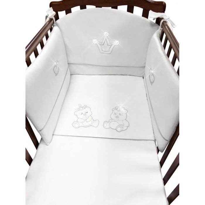 Комплект в кроватку Feretti Majesty (5 предметов)Majesty (5 предметов)Комплект постельного белья в кроватку Feretti Majesty создаст ощущение легкости и воздушности в комнате Вашего малыша.  Особенности: При производстве используется натуральный наполнитель Ingeo - волокно, получаемое в результате ферментации и полимеризации зерен кукурузы. Наполнитель из волокон Ingeo обеспечивает прекрасную теплоизоляцию, удерживая постоянную температуру во время сна ребенка.  Бактериостатические ткани Purista замедляют развитие бактерий, и являются гипоаллергенными.  Система Easy Wash облегчает стирку борта в стиральной машине без риска нарушения наполнения.  Система Easy Iron - после того, как вытянете постельное белье из стиральной машины достаточно его только растянуть, а после того как высохнет не нужно гладить.  Система Even Fill - равномерное размещение наполнения в одеялах, устраняющее «холодные зоны».  В комплекте: - одеяло (100 х 135 см) - пододеяльник (100 х 135 см) - борт на половину кроватки (180 х 40 см) - подушка (40 х 60 см) - наволочка (40 х 60 см)  Материалы: - хлопок - наполнитель на основе кукурузного волокна<br>
