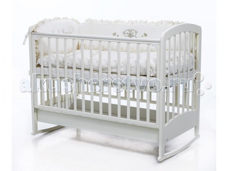 Детская кроватка Fiorellino Zolly 120х60Zolly 120х60Детская кроватка Fiorellino Zolly 120х60 подкупает своей лаконичной простотой.   Классическая форма, выразительная фактура дерева, отличная функциональность: малышу будет комфортно проводить здесь свои первые месяцы жизни, а маме – просто и удобно.   Высота ложа регулируется – можно выбрать наиболее подходящую именно для Вас, боковой бортик опускается для удобного доступа к ребёнку, а лёгкое покачивание поможет убаюкать малыша и настроить его на сон.   Когда ребёнок немного подрастёт, боковой борт можно полностью снять и, установив кровать на колёсики, превратить её, таким образом, в удобный диванчик.   Основные характеристики:  материал: выдержанный альпийский бук, МДФ  нетоксичные лаки и краски на водной основе боковой борт опускается или полностью снимается уровень ложа регулируется по высоте – 3 положения силиконовые накладки на бортиках ящик для кровати (входит в комплект) на направляющих с доводчиками двигается легко и плавно колёсики входят в комплект<br>