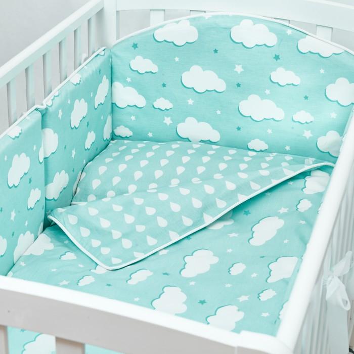 Комплект в кроватку Fluffymoon  Fresh Breeze (4 предмета)Комплекты в кроватку<br>Комплект в кроватку Fluffymoon Fresh Breeze (4 предмета) весь текстиль быстро и удобно снимается, постельные принадлежности выдерживают большое количество стирок, что так важно для современных мам и их малышей.  Хлопок абсолютно гипоаллергенен и безопасен для малыша и позволяет нежной коже дышать, прекрасно впитывая влагу.      Состав комплекта: Защитный бортик на весь периметр кроватки  360 x 30 см, состоит из 4х частей. Каждая часть имеет съемный чехол, что делает бортик  удобным для стирки. Наволочка 62 x 32 см Пододеяльник 132 x 102 см Простыня на резинке для матраса 120 x 60 см Ткань: перкаль (100% хлопок)       Наполнитель: холлофайбер     Перкаль - это высококачественная хлопковая ткань, отличающаяся большой плотностью переплетения нитей, что придает ткани практичность, износостойкость и долговечность. Хлопок абсолютно гипоаллергенен и безопасен для малыша и позволяет нежной коже дышать, прекрасно впитывая влагу.  Холлофайбер - безопасный и гипоаллергенный материал, не крошится, не дает усадки, воздухопроницаемый, долговечный.