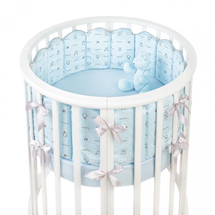 Комплект в кроватку Fluffymoon  Lovely Baby в круглую бортики-вафли (5 предметов)Комплекты в кроватку<br>Комплекты в кроватку Fluffymoon Lovely Baby в круглую бортики-вафли (5 предметов) весь текстиль быстро и удобно снимается, постельные принадлежности выдерживают большое количество стирок, что так важно для современных мам и их малышей.  Хлопок абсолютно гипоаллергенен и безопасен для малыша и позволяет нежной коже дышать, прекрасно впитывая влагу.  Состав комплекта: Защитные бортики – вафли по всей окружности круглой кроватки 75 x 75 см и овальной кроватки  125 x 75 см. Бортик состоит из 4-х частей - 2 части по 8 вафель и 2 части по 4 вафли. Высота бортиков - 25 см. Каждая часть имеет съемный чехол, что делает бортик  удобным для стирки. Наволочка: 62 х 32 см Простыня на резинке для круглой кроватки: 75 х 75 см   Простыня на резинке для овальной кроватки: 125 х 75 см Ткань: перкаль (100% хлопок) Наполнитель: холлофайбер    Перкаль - это высококачественная хлопковая ткань, отличающаяся большой плотностью переплетения нитей, что придает ткани практичность, износостойкость и долговечность. Хлопок абсолютно гипоаллергенен и безопасен для малыша и позволяет нежной коже дышать, прекрасно впитывая влагу.  Холлофайбер - безопасный и гипоаллергенный материал, не крошится, не дает усадки, воздухопроницаемый, долговечный.