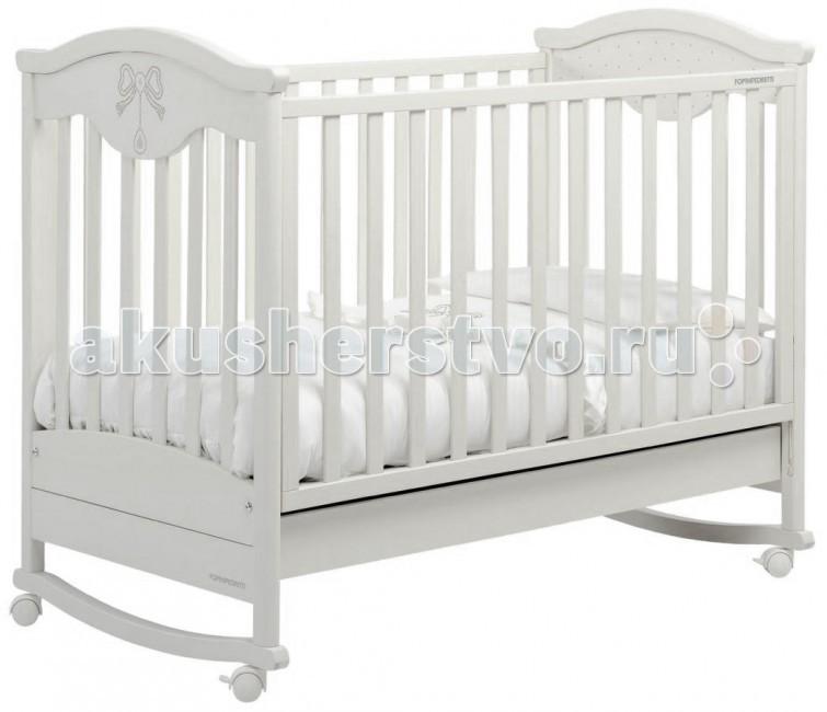 Детская кроватка Foppapedretti CharmantCharmantДетская кроватка Foppapedretti Charmant - это безупречное качество отделки, функционал, продуманный до мелочей, максимальный комфорт и абсолютная безопасность для малышей.  Кровать Foppapedretti Charmant наверняка понравится вашему маленькому принцу или принцессе: ее фасад и боковые стенки по-королевски украшены сверкающими стразами  Swarovski!  Для удобства мамы, боковая стенка кровати регулируется в двух положениях по высоте.  Модель оборудована вместительным и практичным двухсекционным ящиком для хранения, а также резиновыми колесиками для ее перемещения по комнате. Снимите колесики, и она превратится в элегантную кроватку-качалку.   Особенности: Каркас кровати выполнен из сертифицированного массива бука – прочного и долговечного материала, лучшего для малыша первых лет жизни. Он покрыт специальными нетоксичными лаком и красками, полностью безопасными для ребенка.  Стенка кровати легко регулируется в двух вариантах по высоте с помощью механизма «автостенка», в дальнейшем стенка кровати может быть убрана под реечное дно кроватки, превращая кроватку в софу. Кровать подходит для матраса размером 125x65 см и толщиной до 12 см. Кроватка имеет удобный и практичный ящик с двумя отделениями для хранения предметов, необходимых для ухода за ребенком. Мобильность модели обеспечивают четыре поворотных резиновых колеса, не царапающие поверхность пола. Для установки в неподвижном положении на двух из них имеются стопоры. Кровати Foppapedretti соответствуют самым строгим европейским стандартам безопасности, имеют жесткую систему контроля качества. В них отсутствуют мелкие детали, которые могут быть случайно проглочены ребенком, закруглены углы и края, тщательно рассчитано безопасное расстояние между прутьями. Кровати испытаны с использованием статических и движущихся объектов, что гарантирует их устойчивость даже для самых подвижных малышей. Подъем и опускание подвижной стороны кровати требует двойного действия, которое может быть 
