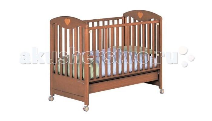 Детская кроватка Foppapedretti Cuore di MammaCuore di MammaДетская кроватка Foppapedretti Cuore di Mamma   Кровати Foppapedretti - это безупречное качество отделки, функционал, продуманный до мелочей, максимальный комфорт и абсолютная безопасность для малышей.  Для удобства мамы, боковая стенка кровати регулируется в двух положениях по высоте. Хотите превратить кровать в уютный диванчик? Нет ничего проще, благодаря уникальной передней стенке, которая без усилий прячется под кровать всего за несколько секунд. Модель оборудована вместительным и практичным двухсекционным ящиком для хранения, а также резиновыми колесиками для ее перемещения по комнате.  Сердечки на спинках кровати наполнят детскую комнату атмосферой заботы и любви, не случайно с итальянского «Cuore di Mamma» переводится как «сердце матери».  Особенности: Каркас кровати выполнен из сертифицированного массива бука – прочного и долговечного материала, лучшего для малыша первых лет жизни. Он покрыт специальными нетоксичными лаком и красками, полностью безопасными для ребенка. Модель имеет уникальный механизм трансформации. Передняя стенка регулируется в двух вариантах по высоте, а также без усилий прячется под кровать всего за несколько секунд. Основание кровати также регулируется в двух вариантах по высоте. В его верхнем положении кровать рекомендуется использовать с рождения до трех-четырех месяцев, пока ребенок не сможет подтянуться без посторонней помощи. Кровать подходит для матраса размером 125x65 см и толщиной до 12 см. Кроватка имеет удобный и практичный ящик с двумя отделениями для хранения предметов, необходимых для ухода за ребенком. Мобильность модели обеспечивают четыре поворотных резиновых колеса, не царапающие поверхность пола. Для установки в неподвижном положении на двух из них имеются стопоры. Кровати Foppapedretti соответствуют самым строгим европейским стандартам безопасности, имеют жесткую систему контроля качества. В них отсутствуют мелкие детали, которые могут быть случайно проглочены