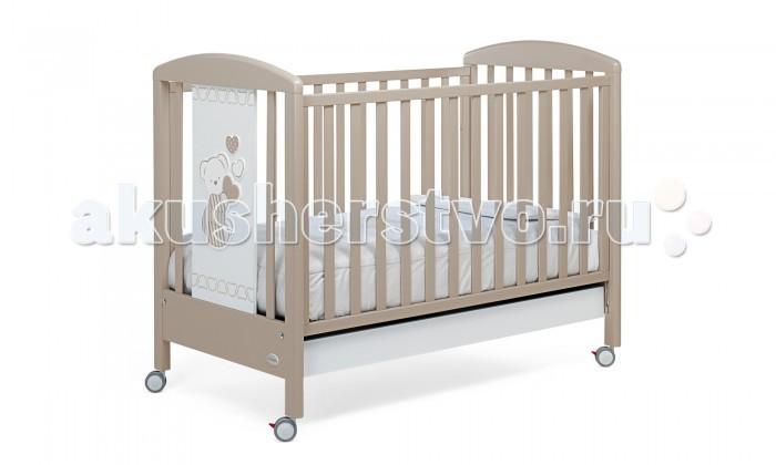 Детская кроватка Foppapedretti Dolcecuore 500Dolcecuore 500Детская кроватка Foppapedretti Dolcecuore 500 – это современные технологии и высокое качество материалов для самого комфортного и безопасного сна вашего малыша. Дно, регулируемое в двух положениях, и опускающаяся передняя стенка кроватки сделают ее использование максимально удобным для мамы.  Кроватка оснащена вместительным двухсекционным ящиком и прорезиненными колесиками с фиксаторами для ее легкого перемещения.   Отсутствие острых углов и идеальная обработка каркаса, современные экологически чистые материалы в соответствии с европейскими стандартами безопасности подарят малышу самые сладкие сны. А очаровательный медвежонок с сердечками на фасаде кровати наполнит детскую комнату теплом, счастьем и уютом!   Особенности изделия: Каркас кровати Dolcecuore 500 выполнен из сертифицированного массива бука – прочного и долговечного материала, лучшего для малыша первых лет жизни. Он покрыт специальными нетоксичными лаком и красками, полностью безопасными для ребенка.  Панель с яркой декоративной отделкой на спинке кровати из ЛДСП с безопасным покрытием, стойким к воде, механическим повреждениям, стиранию и выцветанию на солнце. Передняя стенка кровати Dolcecuore 500 легко регулируется в двух вариантах по высоте с помощью механизма «автостенка». Основание кровати регулируется в двух вариантах по высоте. В его верхнем положении кровать рекомендуется использовать с рождения до трех-четырех месяцев, пока ребенок не сможет подтянуться без посторонней помощи. Кровать подходит для матраса размером 125x65 см и толщиной до 12 см. Кроватка имеет большой удобный выдвижной ящик с двумя отделениями для хранения предметов, необходимых для ухода за ребенком. Мобильность модели обеспечивают четыре поворотных резиновых колеса, не царапающие поверхность пола. Для установки в неподвижном положении на двух из них имеются стопоры. Кровати Foppapedretti соответствуют самым строгим европейским стандартам безопасности, имеют жесткую сист