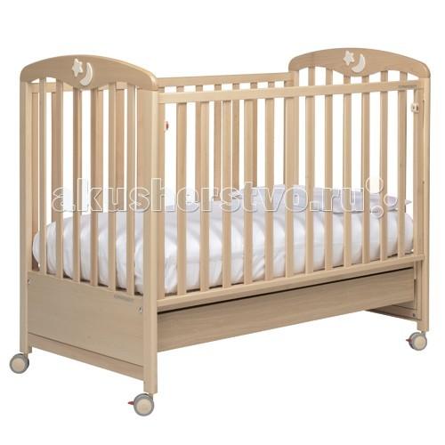 Детская кроватка Foppapedretti LuccichinoLuccichinoДетская кроватка Foppapedretti Luccichino  Классика, элегантность и итальянский шик объединились в кроватях Foppapedretti Luccichino. Кровати Foppapedretti - это безупречное качество отделки, функционал, продуманный до мелочей, максимальный комфорт и абсолютная безопасность для малышей.  Для удобства мамы, боковая стенка кровати регулируется в двух положениях по высоте. Хотите превратить кровать в уютный диванчик? Нет ничего проще, благодаря уникальной передней стенке, которая без усилий прячется под кровать всего за несколько секунд. Модель оборудована вместительным и практичным двухсекционным ящиком для хранения, а также резиновыми колесиками для ее перемещения по комнате.  Спинки кровати украшены люминесцентными звёздами и лунами, светящимися в темноте.  Особенности: Каркас кровати выполнен из сертифицированного массива бука – прочного и долговечного материала, лучшего для малыша первых лет жизни. Он покрыт специальными нетоксичными лаком и красками, полностью безопасными для ребенка. Модель имеет уникальный механизм трансформации. Передняя стенка регулируется в двух вариантах по высоте, а также без усилий прячется под кровать всего за несколько секунд. Кровать подходит для матраса размером 125x65 см и толщиной до 12 см. Кроватка имеет удобный и практичный ящик с двумя отделениями для хранения предметов, необходимых для ухода за ребенком Мобильность модели обеспечивают четыре поворотных резиновых колеса, не царапающие поверхность пола. Для установки в неподвижном положении на двух из них имеются стопоры. Кровати Foppapedretti соответствуют самым строгим европейским стандартам безопасности, имеют жесткую систему контроля качества. В них отсутствуют мелкие детали, которые могут быть случайно проглочены ребенком, закруглены углы и края, тщательно рассчитано безопасное расстояние между прутьями. Кровати испытаны с использованием статических и движущихся объектов, что гарантирует их устойчивость даже для самых подвижн