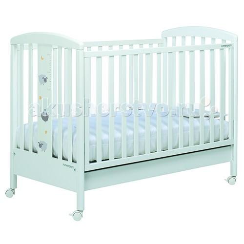 Детская кроватка Foppapedretti PekosPekosДетская кроватка Foppapedretti Pekos – это современные технологии и высокое качество материалов для самого комфортного и безопасного сна вашего малыша. Для удобства мамы, боковая стенка кровати регулируется в двух положениях по высоте. Кроватка оснащена вместительным двухсекционным ящиком и прорезиненными колесиками с фиксаторами для ее легкого перемещения.   Отсутствие острых углов и идеальная обработка каркаса, современные экологически чистые материалы в соответствии с европейскими стандартами безопасности подарят малышу самые сладкие сны. А очаровательные овечки с луной и звездами на фасаде кровати наполнят детскую комнату теплом, счастьем и уютом!   Особенности: Каркас кровати выполнен из сертифицированного массива бука – прочного и долговечного материала, лучшего для малыша первых лет жизни. Он покрыт специальными нетоксичными лаком и красками, полностью безопасными для ребенка.  Передняя стенка кровати легко регулируется в двух вариантах по высоте с помощью механизма «автостенка». Кровать подходит для матраса размером 125x65 см и толщиной до 12 см. Кроватка имеет большой удобный выдвижной ящик с двумя отделениями для хранения предметов, необходимых для ухода за ребенком. Мобильность модели обеспечивают четыре поворотных резиновых колеса, не царапающие поверхность пола. Для установки в неподвижном положении на двух из них имеются стопоры. Кровати Foppapedretti соответствуют самым строгим европейским стандартам безопасности, имеют жесткую систему контроля качества. В них отсутствуют мелкие детали, которые могут быть случайно проглочены ребенком, закруглены углы и края, тщательно рассчитано безопасное расстояние между прутьями. Кровати испытаны с использованием статических и движущихся объектов, что гарантирует их устойчивость даже для самых подвижных малышей. Подъем и опускание подвижной стороны кровати требует двойного действия, которое может быть выполнено только взрослыми людьми и полностью безопасно для малыша. Нежный