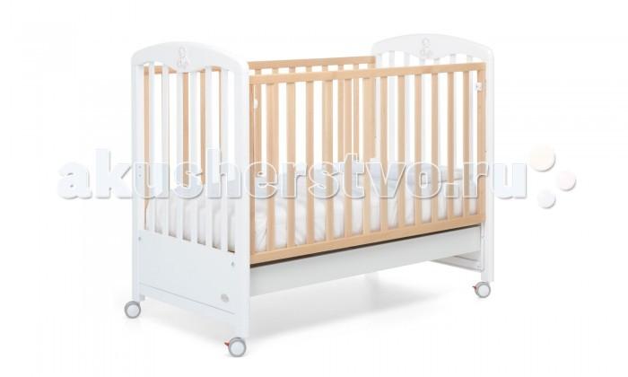 Детская кроватка Foppapedretti PeluchePelucheДетская кроватка Foppapedretti Peluche  Классика, элегантность и итальянский шик объединились в кроватях Foppapedretty Peluche. Кровати Foppapedretty - это безупречное качество отделки, функционал, продуманный до мелочей, максимальный комфорт и абсолютная безопасность для малышей.  Для удобства мамы, боковая стенка кровати регулируется в двух положениях по высоте. Реечное дно кроватки также имеет два положения, поэтому она может использоваться с самого рождения ребенка.  Хотите превратить кровать в уютный диванчик? Нет ничего проще, благодаря уникальной передней стенке, которая без усилий прячется под кровать всего за несколько секунд. Модель оборудована вместительным и практичным двухсекционным ящиком для хранения, а также резиновыми колесиками для ее перемещения по комнате.  Особое очарование серии Peluche придает изысканное тиснение в форме плюшевого медвежонка на боковых бортиках кровати.  Особенности изделия: Каркас кровати выполнен из сертифицированного массива бука – прочного и долговечного материала, лучшего для малыша первых лет жизни. Он покрыт специальными нетоксичными лаком и красками, полностью безопасными для ребенка.  Декоративное тиснение на спинках кровати в форме плюшевого мишки изготовлено из ЛДСП с безопасным покрытием, стойким к воде, механическим повреждениям, стиранию и выцветанию на солнце. Модель имеет уникальный механизм трансформации. Передняя стенка регулируется в двух вариантах по высоте, а также без усилий прячется под кровать всего за несколько секунд. Основание кровати также регулируется в двух вариантах по высоте. В его верхнем положении кровать рекомендуется использовать с рождения до трех-четырех месяцев, пока ребенок не сможет подтянуться без посторонней помощи. Кровать подходит для матраса размером 125x65 см и толщиной до 12 см. Кроватка кровать имеет удобный и практичный ящик с двумя отделениями для хранения предметов, необходимых для ухода за ребенком. Мобильность модели обеспечивают