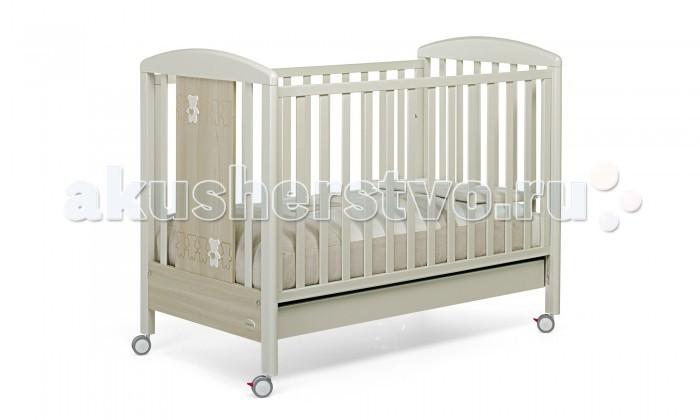 Детская кроватка Foppapedretti Teddy LoveTeddy LoveДетская кроватка Foppapedretti Teddy Love – это современные технологии и высокое качество материалов для самого комфортного и безопасного сна вашего малыша. Дно, регулируемое в двух положениях, и опускающаяся передняя стенка кроватки сделают ее использование максимально удобным для мамы.  Кроватка оснащена вместительным двухсекционным ящиком и прорезиненными колесиками с фиксаторами для ее легкого перемещения.   Отсутствие острых углов и идеальная обработка каркаса, современные экологически чистые материалы в соответствии с европейскими стандартами безопасности подарят малышу самые сладкие сны. Одина из спинок кровати украшена очаровательными мишками с сердечками, очень приятными на ощупь.   Особенности: Каркас кровати Teddy Love выполнен из сертифицированного массива бука – прочного и долговечного материала, лучшего для малыша первых лет жизни. Он покрыт специальными нетоксичными лаком и красками, полностью безопасными для ребенка.  Панель с яркой декоративной отделкой на спинке кровати из ЛДСП с безопасным покрытием, стойким к воде, механическим повреждениям, стиранию и выцветанию на солнце. Передняя стенка кровати Teddy Love легко регулируется в двух вариантах по высоте с помощью механизма «автостенка». Основание кровати регулируется в двух вариантах по высоте. В его верхнем положении кровать рекомендуется использовать с рождения до трех-четырех месяцев, пока ребенок не сможет подтянуться без посторонней помощи. Кровать подходит для матраса размером 125x65 см и толщиной до 12 см. Кроватка имеет большой удобный выдвижной ящик с двумя отделениями для хранения предметов, необходимых для ухода за ребенком. Мобильность модели обеспечивают четыре поворотных резиновых колеса, не царапающие поверхность пола. Для установки в неподвижном положении на двух из них имеются стопоры. Кровати Foppapedretti соответствуют самым строгим европейским стандартам безопасности, имеют жесткую систему контроля качества. В них отсутствуют 