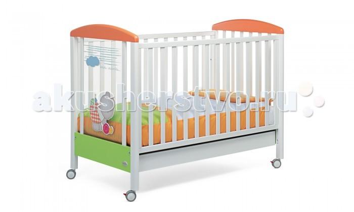 Детская кроватка Foppapedretti Teneri IncontriTeneri IncontriДетская кроватка Foppapedretti Teneri Incontri – это современные технологии и высокое качество материалов для самого комфортного и безопасного сна вашего малыша. Дно, регулируемое в двух положениях, и опускающаяся передняя стенка кроватки сделают ее использование максимально удобным для мамы.  Кроватка оснащена вместительным двухсекционным ящиком и прорезиненными колесиками с фиксаторами для ее легкого перемещения. Отсутствие углов и идеальная обработка каркаса, современные экологически чистые материалы в соответствии с европейскими стандартами безопасности подарят малышу самые сладкие сны. А жизнерадостный медвежонок на фасаде кровати и его милые маленькие друзья наполнят детскую комнату теплом, счастьем и яркими красками!   Особенности изделия: Каркас кровати выполнен из сертифицированного массива бука – прочного и долговечного материала, лучшего для малыша первых лет жизни. Он покрыт специальными нетоксичными лаком и красками, полностью безопасными для ребенка.  Панель с яркой декоративной отделкой на спинке кровати из высококачественного оргстекла или ламинированного ДСП, стойкого к воде, механическим повреждениям, стиранию и выцветанию на солнце. Передняя стенка кровати легко регулируется в двух вариантах по высоте с помощью механизма «автостенка». Основание кровати регулируется в двух вариантах по высоте. В его верхнем положении кровать рекомендуется использовать с рождения до трех-четырех месяцев, пока ребенок не сможет подтянуться без посторонней помощи. Кровать подходит для матраса размером 125x65 см и толщиной до 12 см. Кроватка имеет большой выдвижной ящик из облицованной ДСП, разделенный на две части, для хранения одежды ребенка и постельных принадлежностей. Мобильность модели обеспечивают четыре поворотных резиновых колеса. Для установки в неподвижном положении на двух из них имеются стопоры. Кровати Foppapedretti соответствуют самым строгим европейским стандартам безопасности, имеют жесткую с